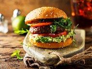 Рецепта Бургер с телешко кюфте (кайма) и авокадо